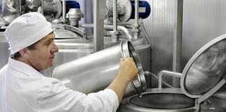 muncitor fabrica lapte